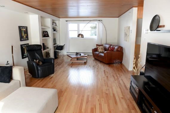 Les plafonds de cèdre ont été mis en valeur dans toute la maison, comme ici, au salon, qui se trouve au premier palier. (Le Soleil, Erick Labbé)