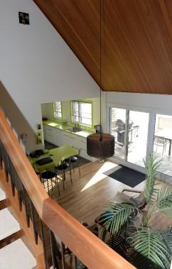 Vue sur l'aire centrale de la maison du haut de l'escalier-passerelle (Le Soleil, Erick Labbé)