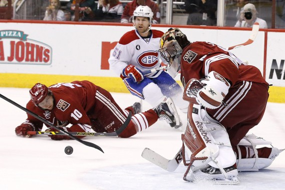 David Desharnais en première période face au gardien Mike Smith et à Martin Erat. (Photo Ross D. Franklin, AP)