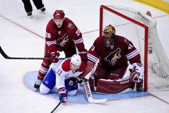 Brendan Gallagher se fait malmener par le défenseur Michael Stone devant le filet des Coyotes. (Photo Matt Kartozian, USA TODAY Sports)