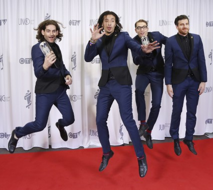 Magic! rencontre les photographes après avoir remporté le prix de la chanson de l'année. (La Presse Canadienne)