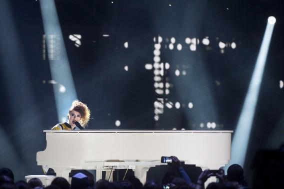Kiesza sur scène durant la cérémonie des Juno. (La Presse Canadienne)