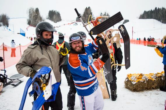 C'est l'animateur et humoriste Marto Napoli (au centre) qui a eu l'idée d'organiser une compétition de luge à trois skis. L'an prochain, il espère en faire un championnat provincial en bonne et due forme, avec humour, bien entendu. (Photo Nickb Media, fournie par Marto Napoli)