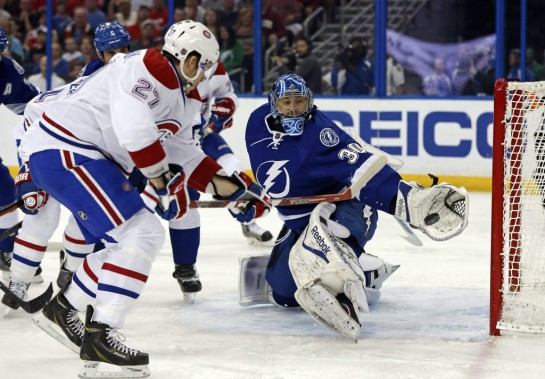 Ben Bishop réussit l'arrêt contre Alex Galchenyuk. (Photo Mike Carlson, AP)