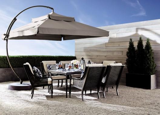 Dans la collection Bridgetown, le parasol suspendu carré de 10 pieds avec cadre en aluminium poudré se vend séparément. (Photo fournie par La Baie d Hudson)