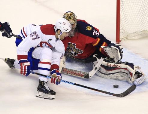 Max Pacioretty dépose un genou sur la glace devant le gardien adverse. (Reuters)