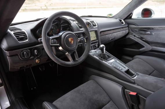 L'intérieur de la Porsche Cayman GT4 (Photo fournie par le constructeur)