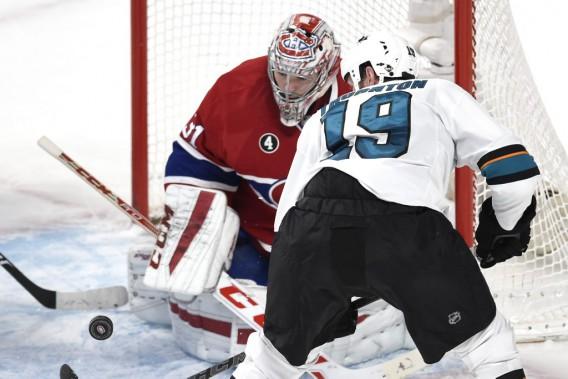 Carey Price suit la rondelle des yeux alors que Joe Thornton tente de contrôler la rondelle. (PHOTO BERNARD BRAULT, LA PRESSE)