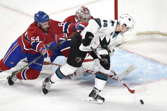 Tomas Hertl contourne Greg Pateryn, mais est incapable de battre Carey Price. (PHOTO BERNARD BRAULT, LA PRESSE)