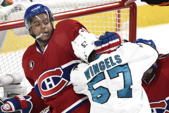 Devante Smith-Pelly aide P.K. Subban à se libérer de l'emprise de Tommy Wingels. (PHOTO BERNARD BRAULT, LA PRESSE)