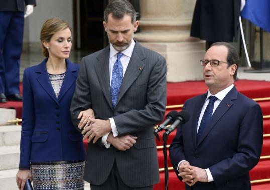 Le président français François Hollande s'adresse à la presse, en compagnie du roi et de la reine d'Espagne Felipe VI et Letizia, à l'Élysée. Le roi d'Espagne, qui était en déplacement en sol français, a annulé sa visite officielle à la suite du drame. Selon les autorités espagnoles, 45 passagers portaient des noms de famille espagnols. (PHOTO BERTRAND GUAY, AFP)