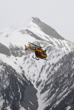 Un hélicoptère de la Sécurité civile vole au-dessus des Alpes françaises près du lieu de l'écrasement (PHOTO Jean-Paul Pelissier, REUTERS)
