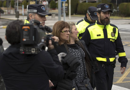 Des proches des victimes de l'écrasement arrivent à l'aéroport international de Barcelone-El Prat. (PHOTO Emilio Morenatti, AP)
