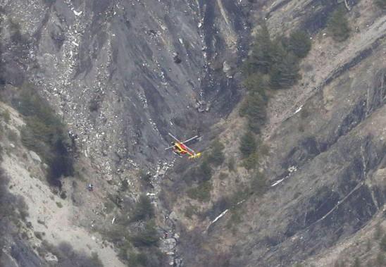 Un hélicoptère de la Sécurité civile française survole le lieu du drame. (PHOTO BILD)
