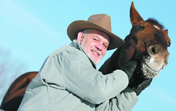 Richard Proulx sur sa terre de L'ange-Gardien avec l'un de ses deux chevaux, en janvier 2007. Le «Gros» Proulx a été pendant de nombreuses années descripteur des courses aux hippodromes Rideau-Carleton et d'Aylmer. (Étienne Morin, Archives LeDroit)