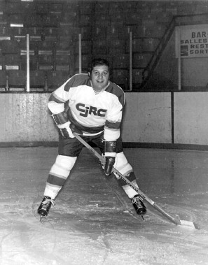 Grand amateur de hockey, il était la vedette incontestée de l'équipe de la radio CJRC. Richard Proulx a également oeuvré pendant quelques années comme annonceur-maison aux parties des Sénateurs d'Ottawa. ()