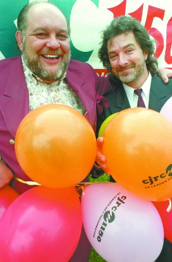 Richard Proulx avec son ami et son successeur comme «morning man» à CJRC, Daniel Séguin. ()