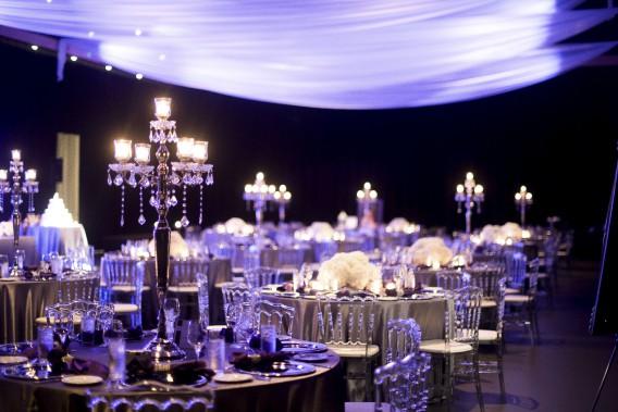 Aux tables, Emmanuelle Poirier propose d'alterner candélabre et fleurs, ce qui donne en plus une autre dimension à la pièce. (Photo de Francis Fontaine)