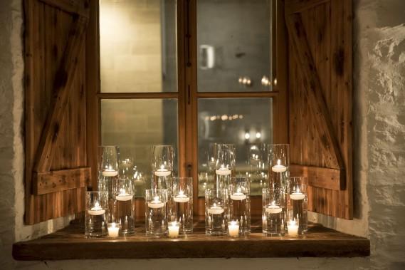 Pour créer une atmosphère sans vous ruiner, jetez votre dévolu sur les bougies. (Photo de Jonathan Robert (Emmanuelle Poirier Mariages & Événements))