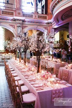 «Ces temps-ci, la demande est d'amener l'extérieur à l'intérieur, de mettre des arbres sur les tables», trouve l'organisatrice Kim Ahonoukoun. Très tendance aussi, les touches de rose gold. (Photo de Magnolia Studio)