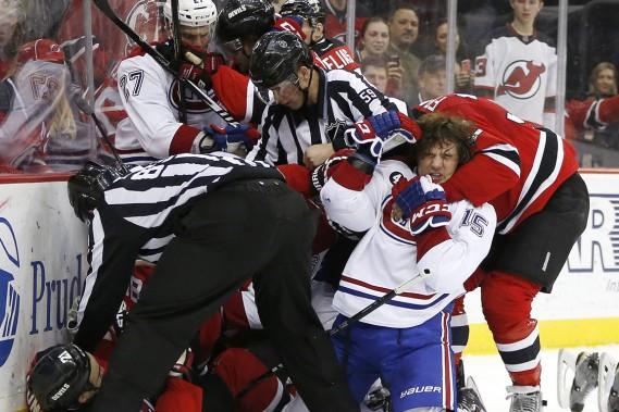 Quelques escarmouches ont ponctué le match entre le Canadien et les Devils. (Photo Julio Cortez, AP)