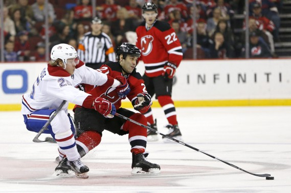 Jacob De La Rose surveille l'ancien du Canadien Scott Gomez. (Photo Julio Cortez, AP)