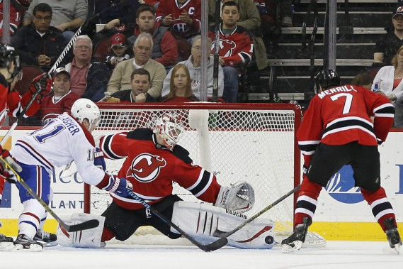 Le gardien Keith Kinkaid réussit l'arrêt face à Brendan Gallagher. (Photo Julio Cortez, AP)