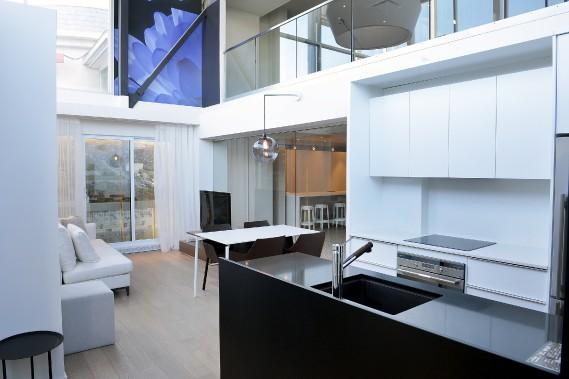 De la mezzanine au bureau de ventes de Quartier QB, il est possible d'avoir une vue d'ensemble du condo modèle de 560 pieds carrés. (Photo Le Soleil, Jean-Marie Villeneuve)