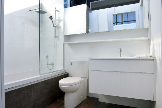 Dans la salle de bain du trois et demi, la sobriété donne un effet de grandeur. Le comptoir d'une seule pièce en corian se creuse pour former le lavabo. (Photo Le Soleil, Jean-Marie Villeneuve)