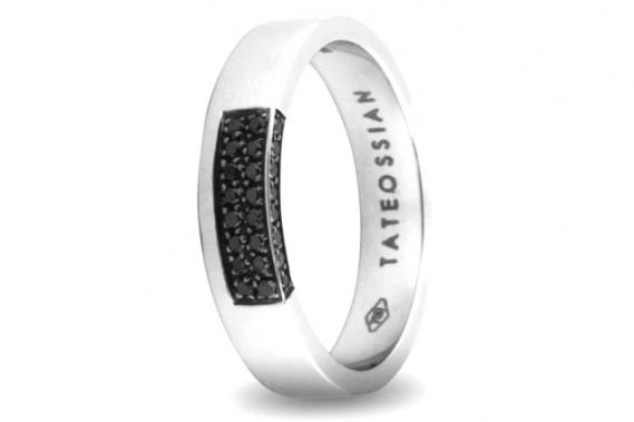 <strong>Bague de fiançailles</strong><br />Un anneau d'or blanc, 18 carats, serti de diamants blancs ou noirs. Un design unique. <strong>Prix: 4 100$</strong>. <br /><br /> ()