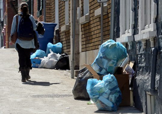 Voici de quoi avaient l'air les rues du centre-ville de Québec lundi après-midi, 13 avril, en prévision de la première collecte des ordures et du recyclage depuis l'instauration de nouvelles règles de la Ville. Pour le moment, les citoyens peuvent mettre leurs bacs (roulants ou non) de même que leurs sacs, sur le bord de la rue. (Le Soleil, Erick Labbé)