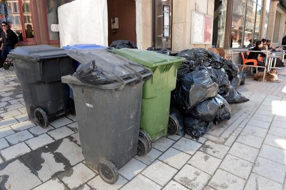 Voici de quoi avaient l'air les rues du centre-ville de Québec lundi après-midi, 13 avril, en prévision de la première collecte des ordures et du recyclage depuis l'instauration de nouvelles règles de la Ville. Pour le moment, les citoyens peuvent mettre leurs bacs (roulants ou non) de même que leurs sacs, sur le bord de la rue. (Le Soleil. Erick Labbé)