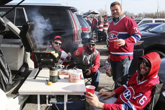Des partisans du Canadien avant le match. (Photo Patrick Woodbury, Le Droit)