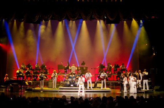 Le Québécois Martin Fontaine s'est produit sous les traits d'Elvis Presley, hier, à l'hôtel Westgate de Las Vegas. Il avait une grosse équipe avec lui sur scène, principalement des musiciens recrutés à Las Vegas même. (Photo Roger Bennett)