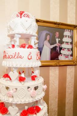 On retrouve entre autres dans cette nouvelle exposition une réplique du gâteau de mariage d'Elvis et de Priscilla et leurs habits de mariage. (Photo Roger Bennett)