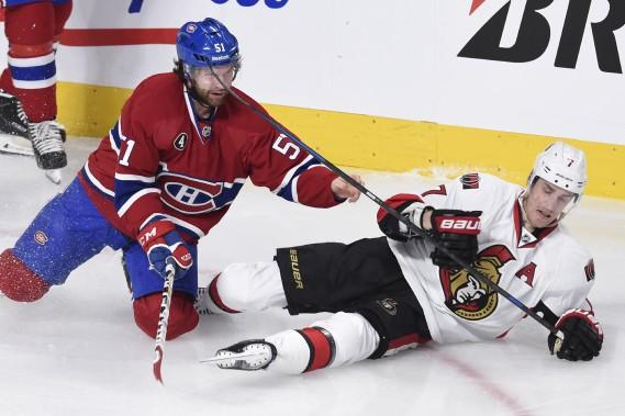 David Desharnais perd son gant lors d'une empoignade avec Kyle Turris. (PHOTO BERNARD BRAULT, LA PRESSE)