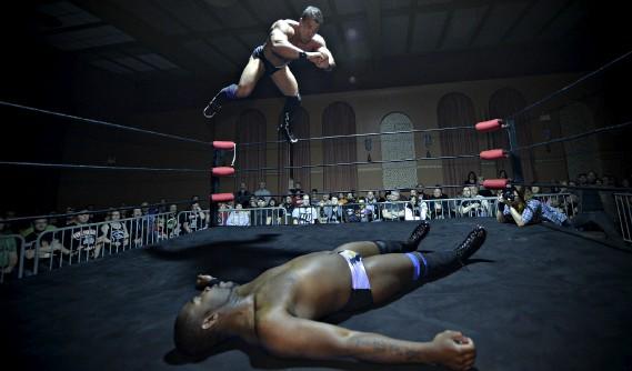 À chaque gala de la North Shore Pro Wrestling, une des salles du Centre Horizon dans Limoilou se remplit à ras bord d'amateurs venus assister aux acrobaties des lutteurs. (Le Soleil, Pascal Ratthé)