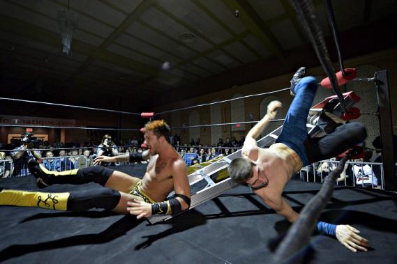 Lors du gala du 11 avril, un combat d'échelles à six lutteurs, dont Liam Letto (à droite) et Matt Angel, était très attendu du public. Donnant dans le plus extrême, ce type de match donne lieu à des moments plus tendus, dont des chutes d'une vingtaine de pieds à travers une échelle (Le Soleil, Pascal Ratthé)