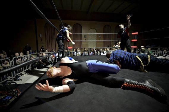 Pas facile la vie de lutteur, comme le démontre Shayne Hawke. (Le Soleil, Pascal Ratthé)