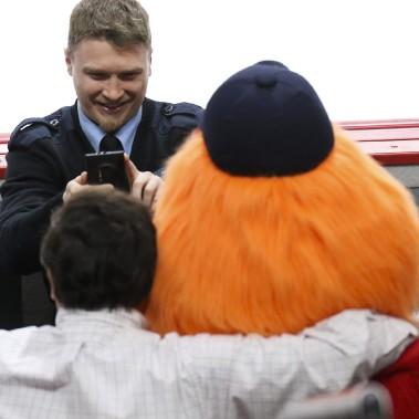 Un gardien de sécurité immortalise un moment avec Youppi (Patrick Woodbury, LeDroit)