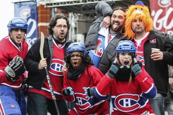 Une poignée de fans du Canadien (et un nostalgique d'une autre époque) ont bravé le temps froid pour prendre part aux activités du Fan Jam, hier après-midi. (Patrick Woodbury, LeDroit)