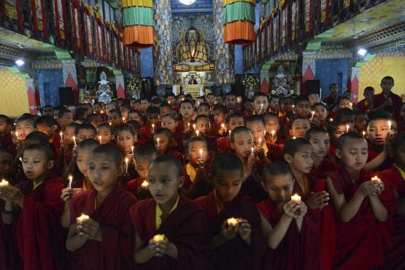 Des moines novices offrent leurs prières aux victimes du séisme. (Agence France-Presse)