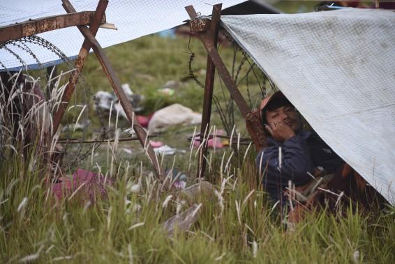 Un homme parle au téléphone dans une tente de fortune érigée à l'extérieur de Katmandou. (Agence France-Presse)