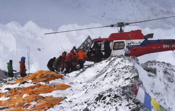 Un blessé est secouru en hélicoptère au camp de base de l'Everest. (Agence France-Presse)