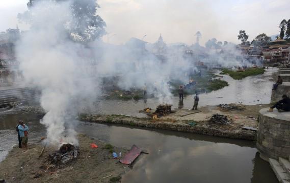 Des bûchers funéraires brûlent les corps des victimes du tremblement de terre à Katmandou. (Agence France-Presse)