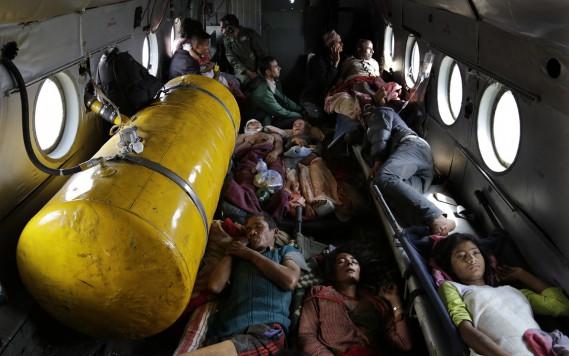 S'entassant dans un hélicoptère des forces indiennes, des Népalais blessés dans la catastrophe sont évacués de la ville de Trisuli Bazar vers la capitale Katmandou. (PHOTO Altaf Qadri, AP)