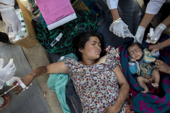 Une femme et sa fille, toutes deux blessées, reçoivent des soins médicaux dans l'Hôpital de Dahding, dans le district du même nom, au centre du Népal, le 27 avril. (PHOTO Athit Perawongmetha, REUTERS)