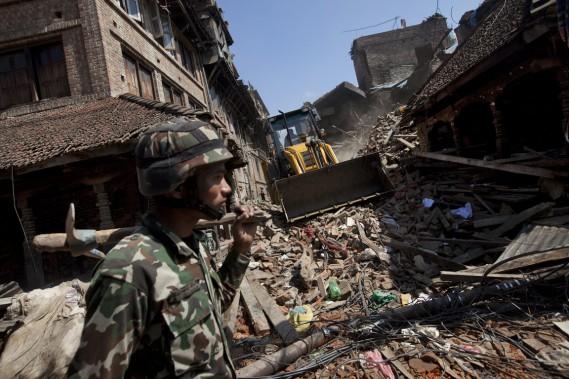 Un soldat népalais marche dans une région de la capitale transformée en champ de ruines par le séisme. (PHOTO Niranjan Shrestha, AP)