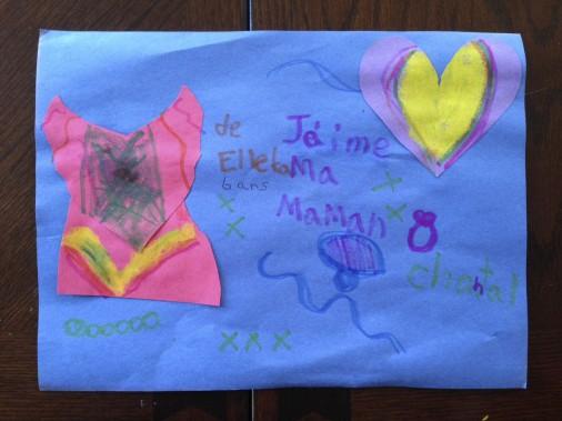 Ma fille de six ans, Elleka Crepeau, a fait ce bricolage qui représente une robe (elle dit voir sa maman comme une reine quand elle est en robe), ensuite un collier bleu et mauve, une bague, puis un gros coeur multicolore collé, car elle dit m'aimer de toutes sortes de façons... Elle a écrit elle-même le texte. <strong><em>-Chantal Crepeau</em></strong> ()
