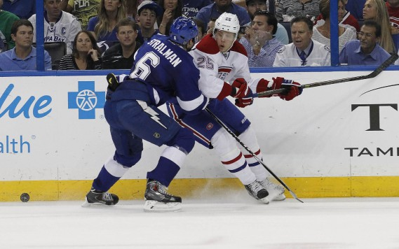 L'attaquant Jacob De La Rose est contré par le défenseur du Lightning Anton Stralman. (Photo Kim Klement, USA Today)